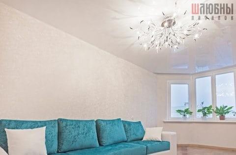 Одноуровневый глянцевый потолок в гостиную в Гомеле фото 2